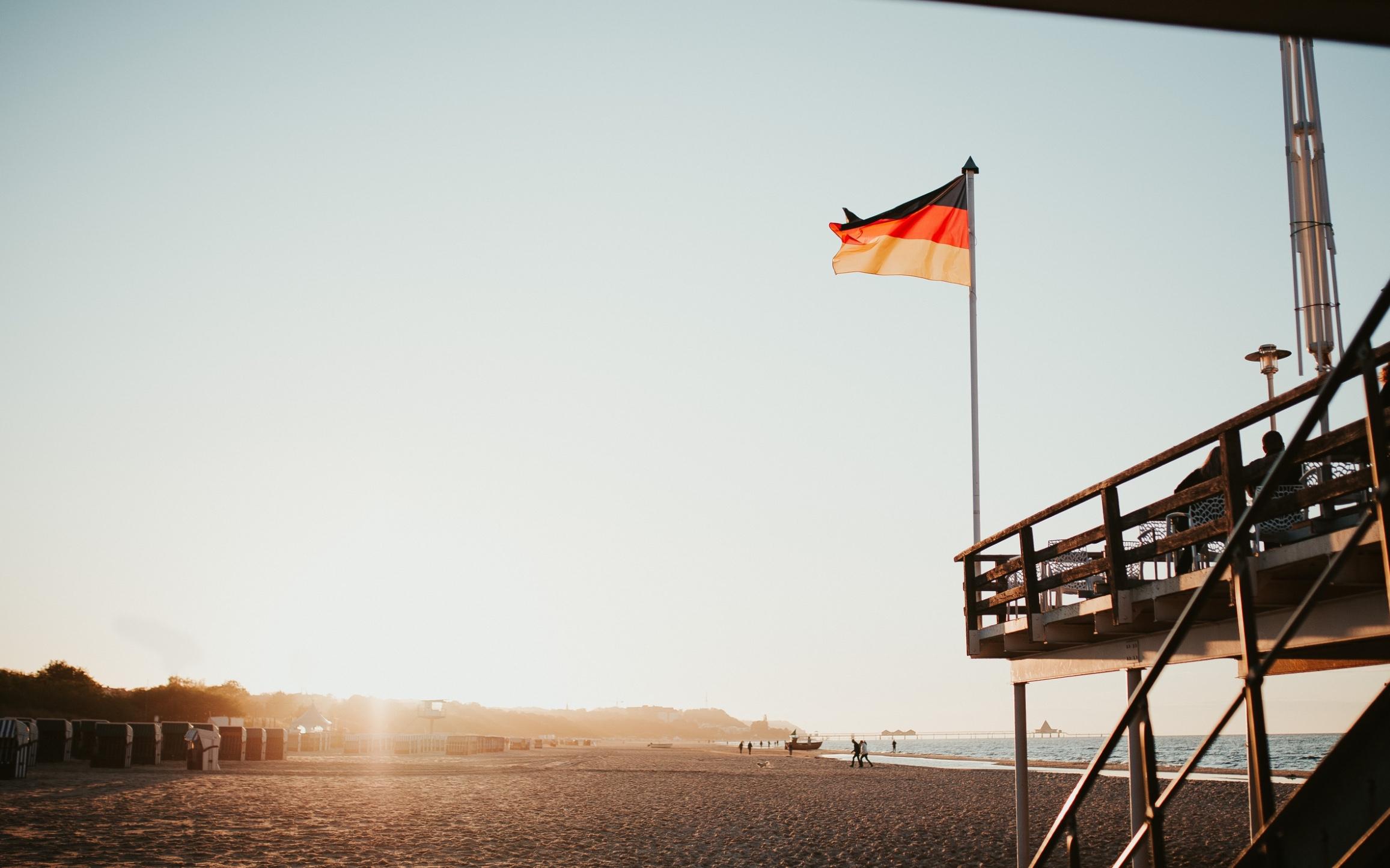 Praia com a bandeira da Alemanha