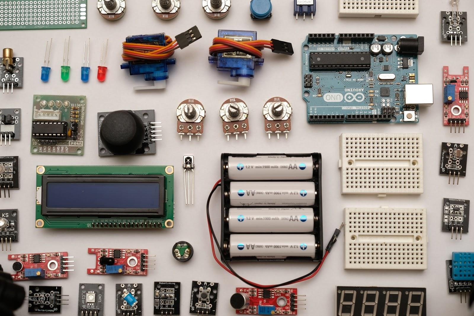 Composants électroniques d'un appareil électrique démonté posés sur un fond blanc