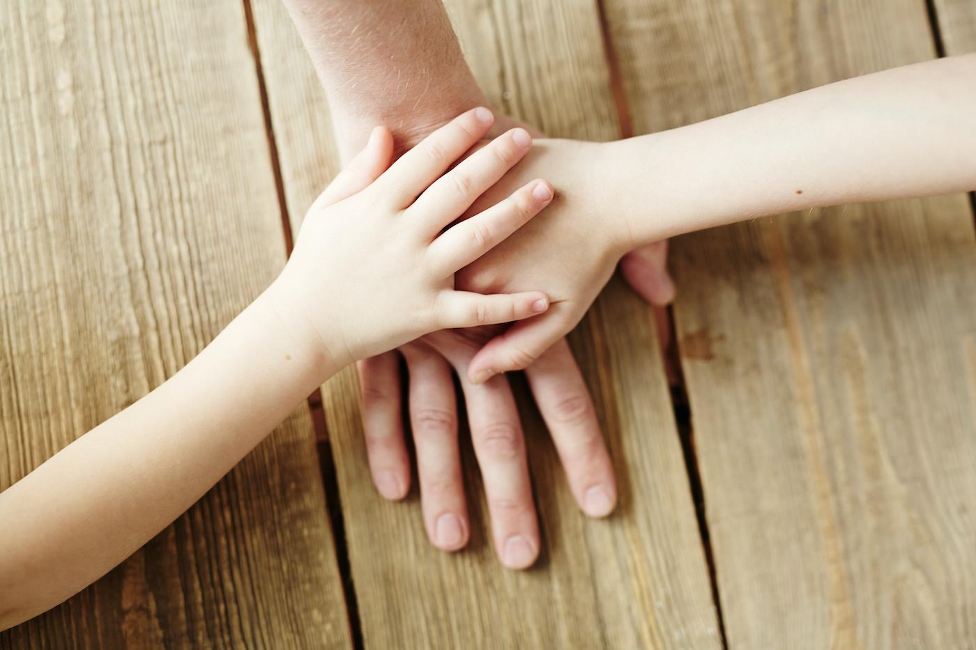 drei Hände treffen sich in der Mitte