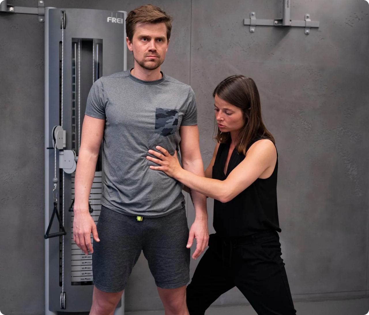 Bild Luise Walther mit Kunde beim Neurotraining - Atemübung