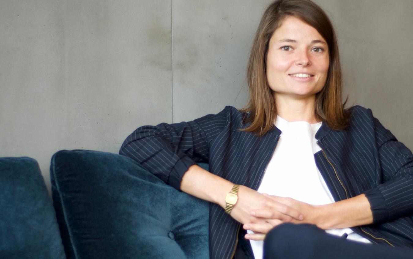Portrait Luise Walther sitzend auf dem Sofa