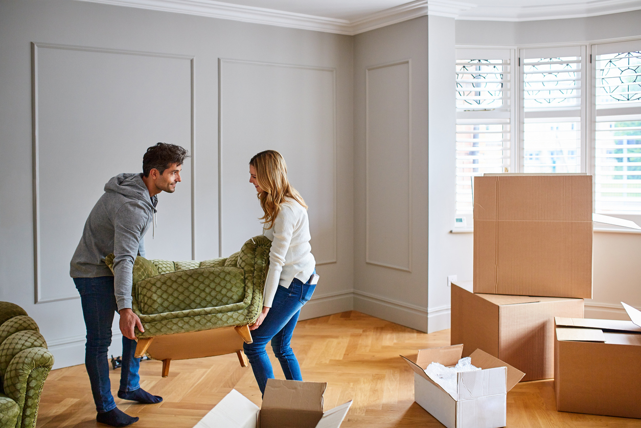 couple-moving-furniture