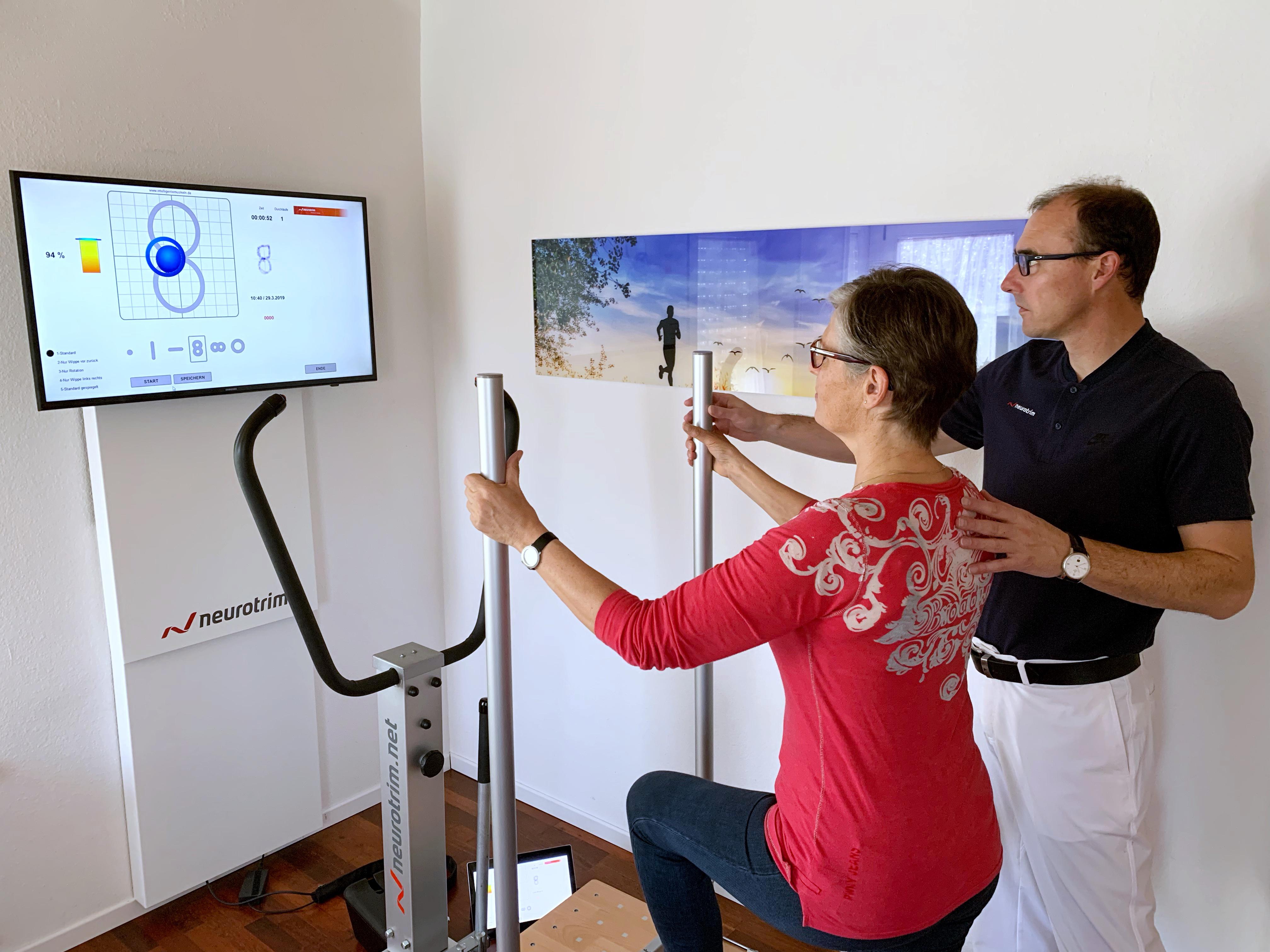 Michael Schiff bei einer neurotrim Übung mit seiner Frau Christine Schiff.