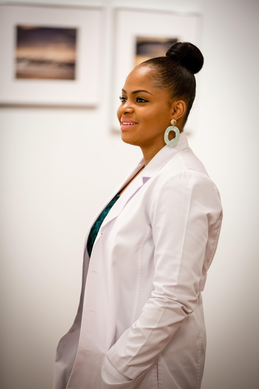 Lächelnde Ärztin in weißem Mantel