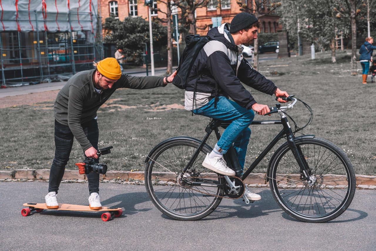 Manu bei einer Kamerafahrt auf dem Skateboard