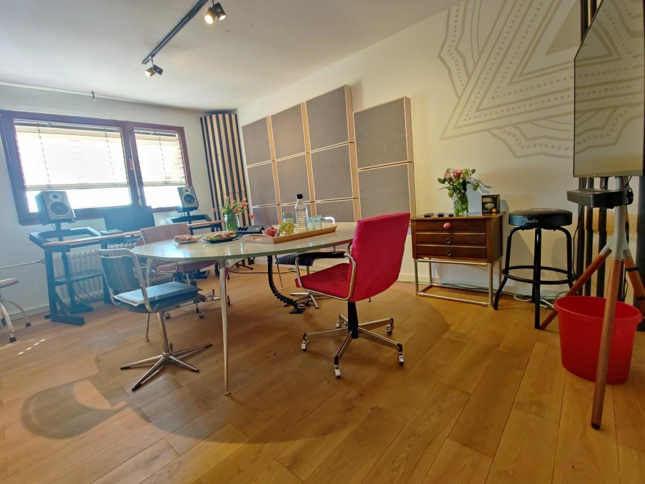Raum mit Absorbern und Audiotisch