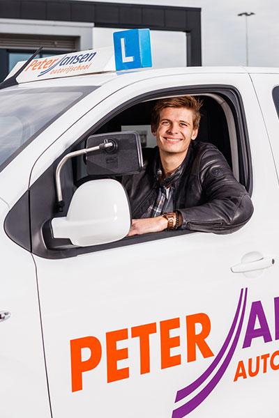 Man in auto met aanhanger