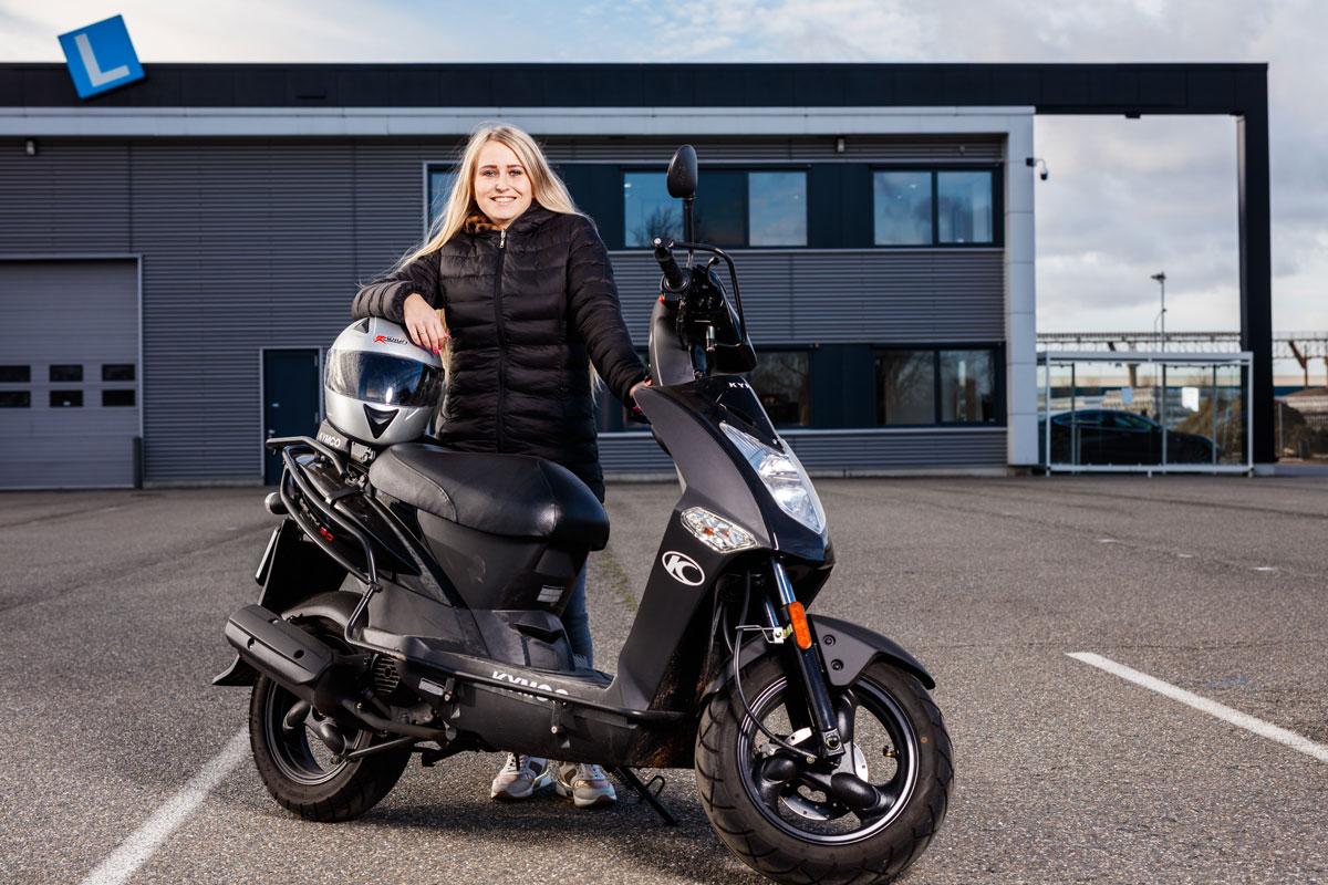 Vrouw met scooter Peter Jansen