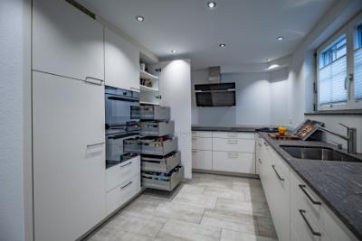 Moderne weisse Küche