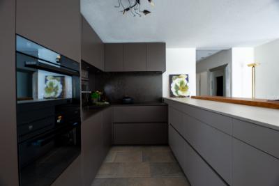 Eine moderne Küche in Braun und Weiss