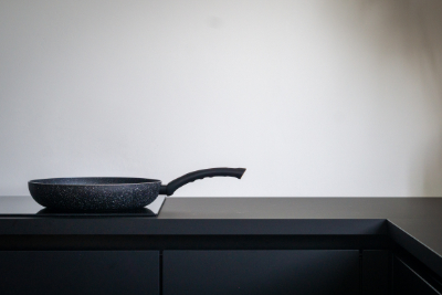 Pfanne in schwarzer Küche