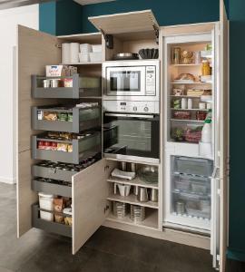 Küche mit offenen Türen und Innenleben