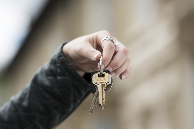 hand holding a set of keys
