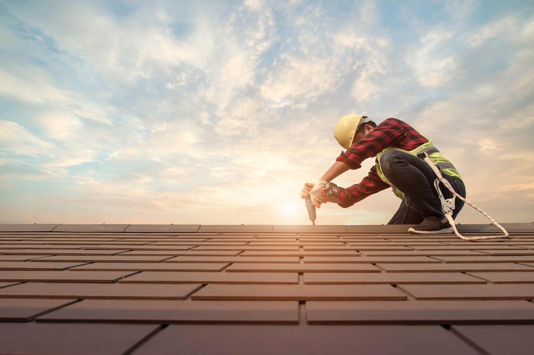 Ouvrier travaillant sur un toit-De-Attasit-saentep-shutterstock