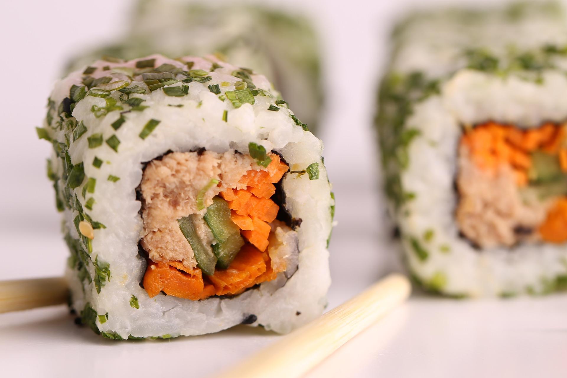 Koopr-sushis-saumon-avocat-yossigee-Pixabay