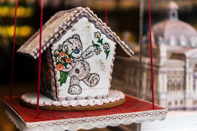 Lebkuchenhaus mit Teddybär und Blumen