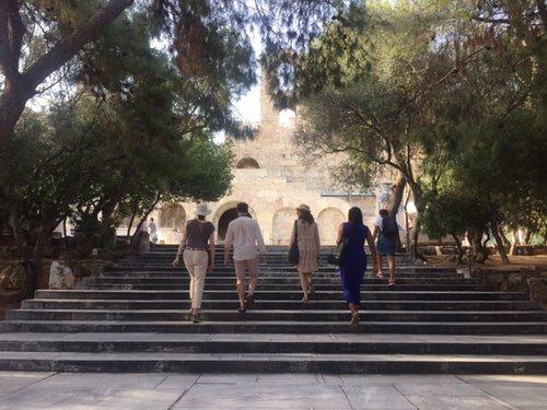 IDSVA students walking up to the Acropolis. Photo by Milos Zahradka Maiorana.