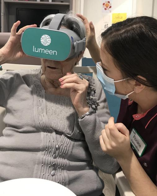 expérimentatrice et personne âgée testant Lumeen