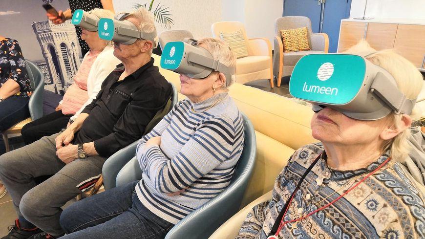seniors utilisant des casques de réalité virtuelle