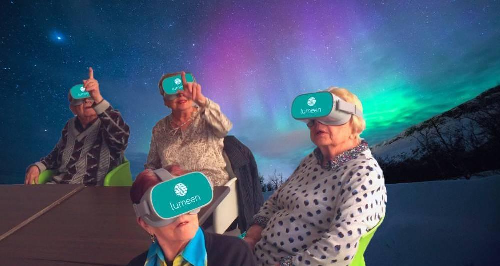 seniors avec des casques de réalité virtuelle devant les aurores boréales