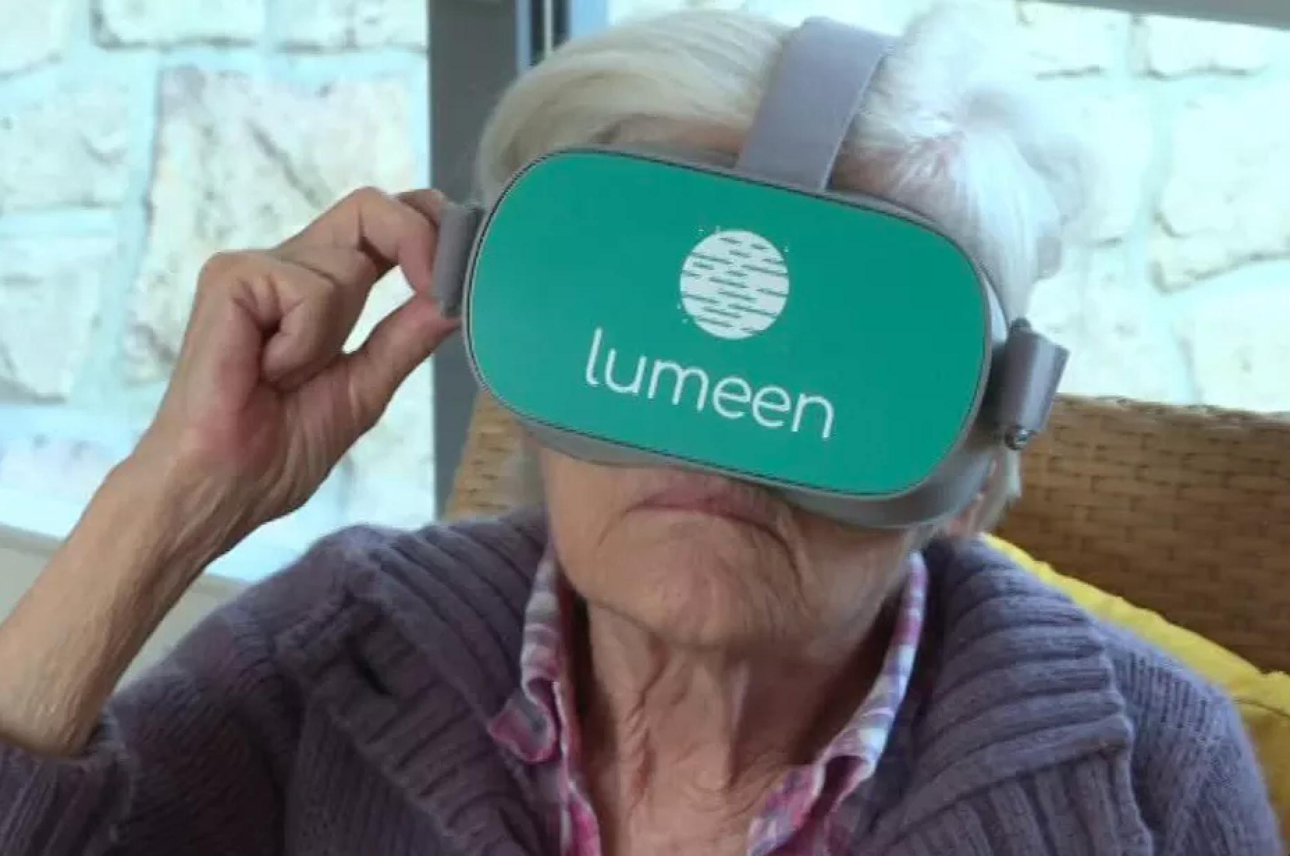 senior utilisant avec un casque de réalité virtuelle