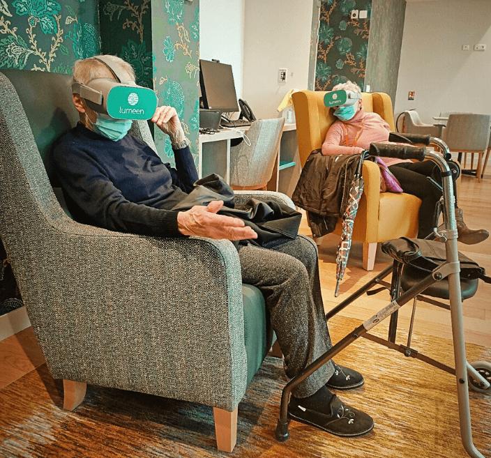 seniors utilisant réalité virtuelle dans établissement pour seniors