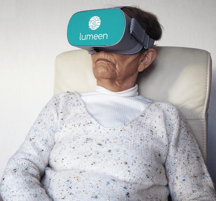 senior utilisant réalité virtuelle durant soins à domicile