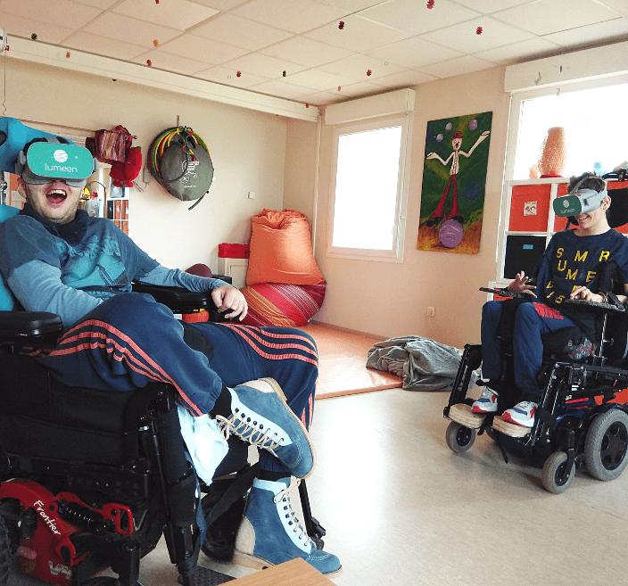 personnes porteuses handicap utilisant la réalité virtuelle