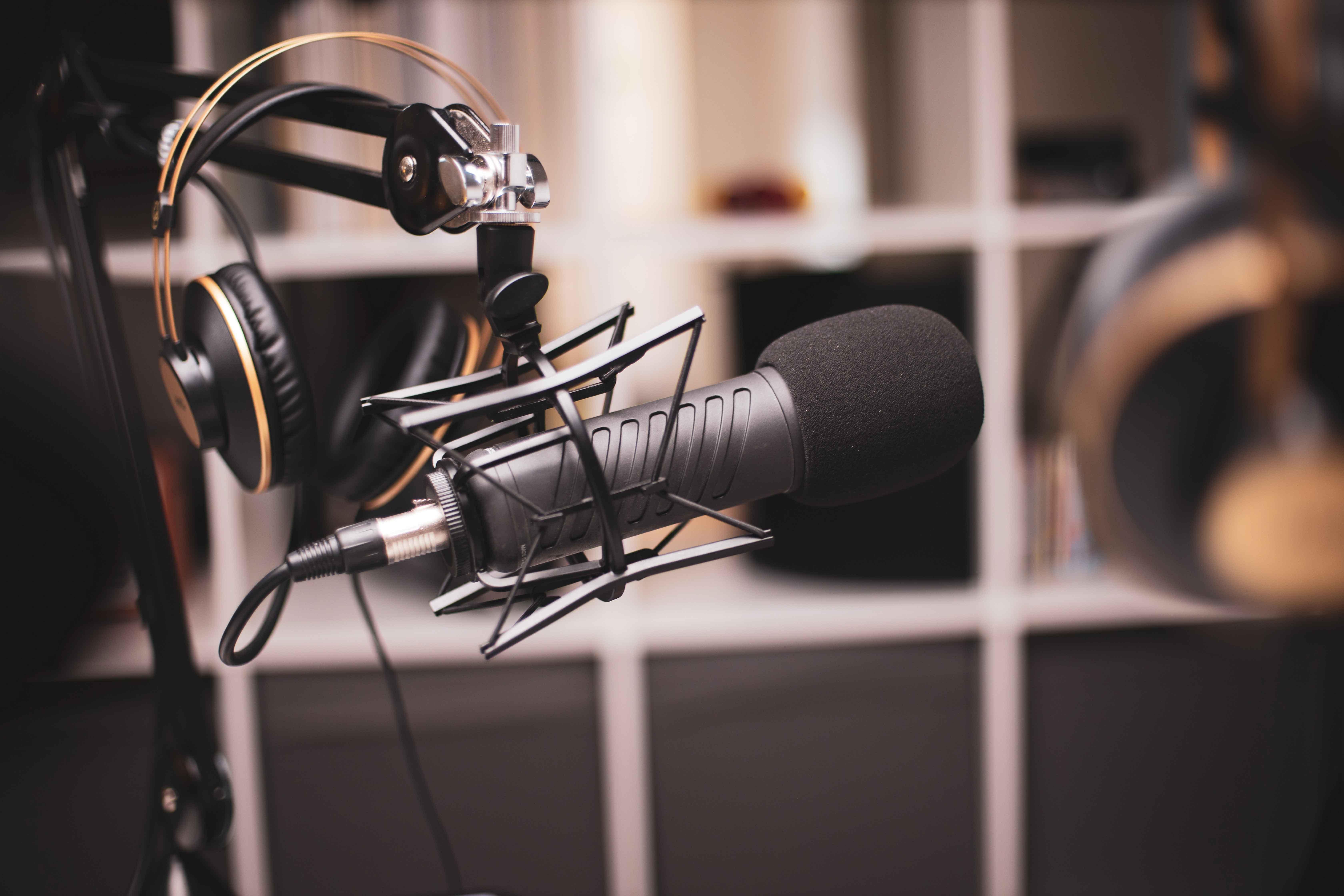 Ein Mikrofon in einem Schalloptimierten Raum