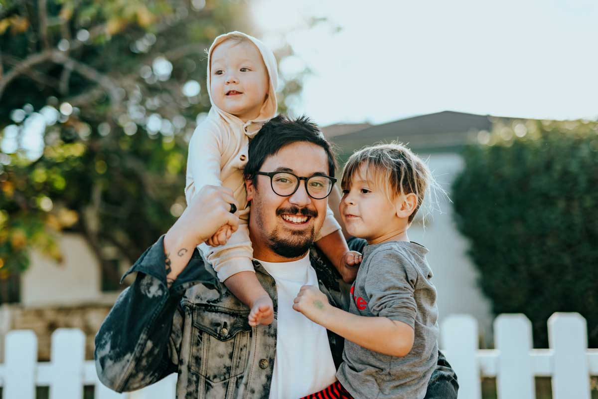 Ein Familienvater mit seinen Kindern
