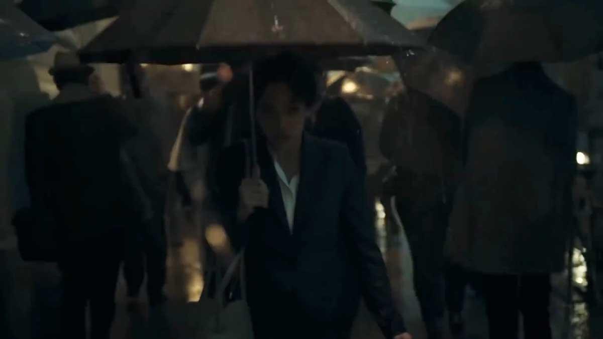 Eine Frau mit einem Regenschirm im Regen
