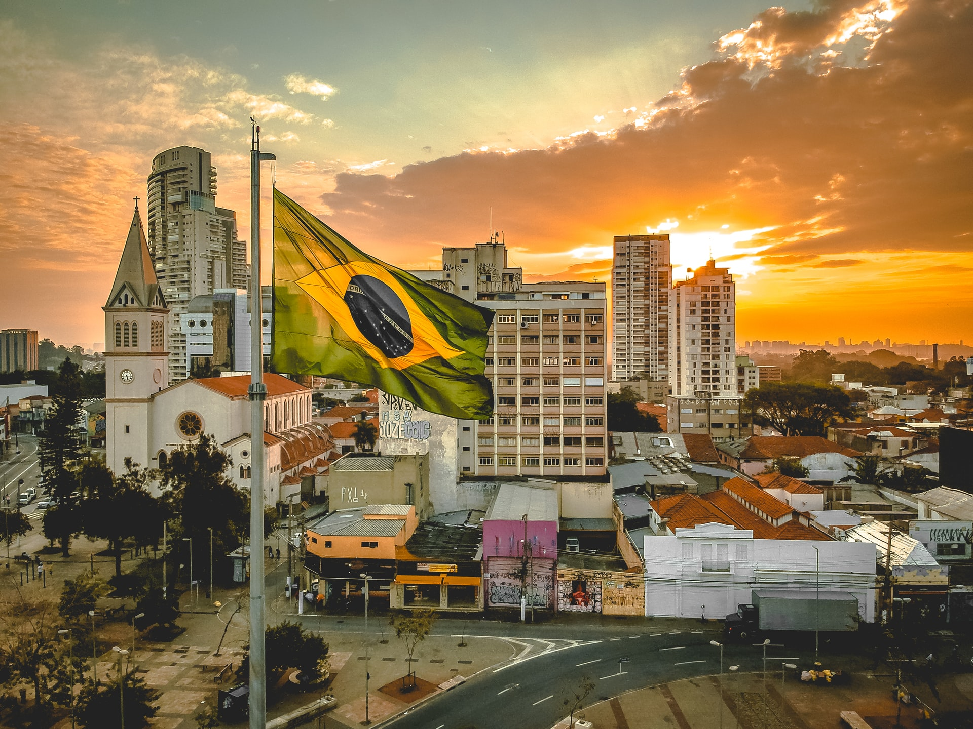Coucher de soleil au Brésil, avec le drapeau brésilien au premier plan