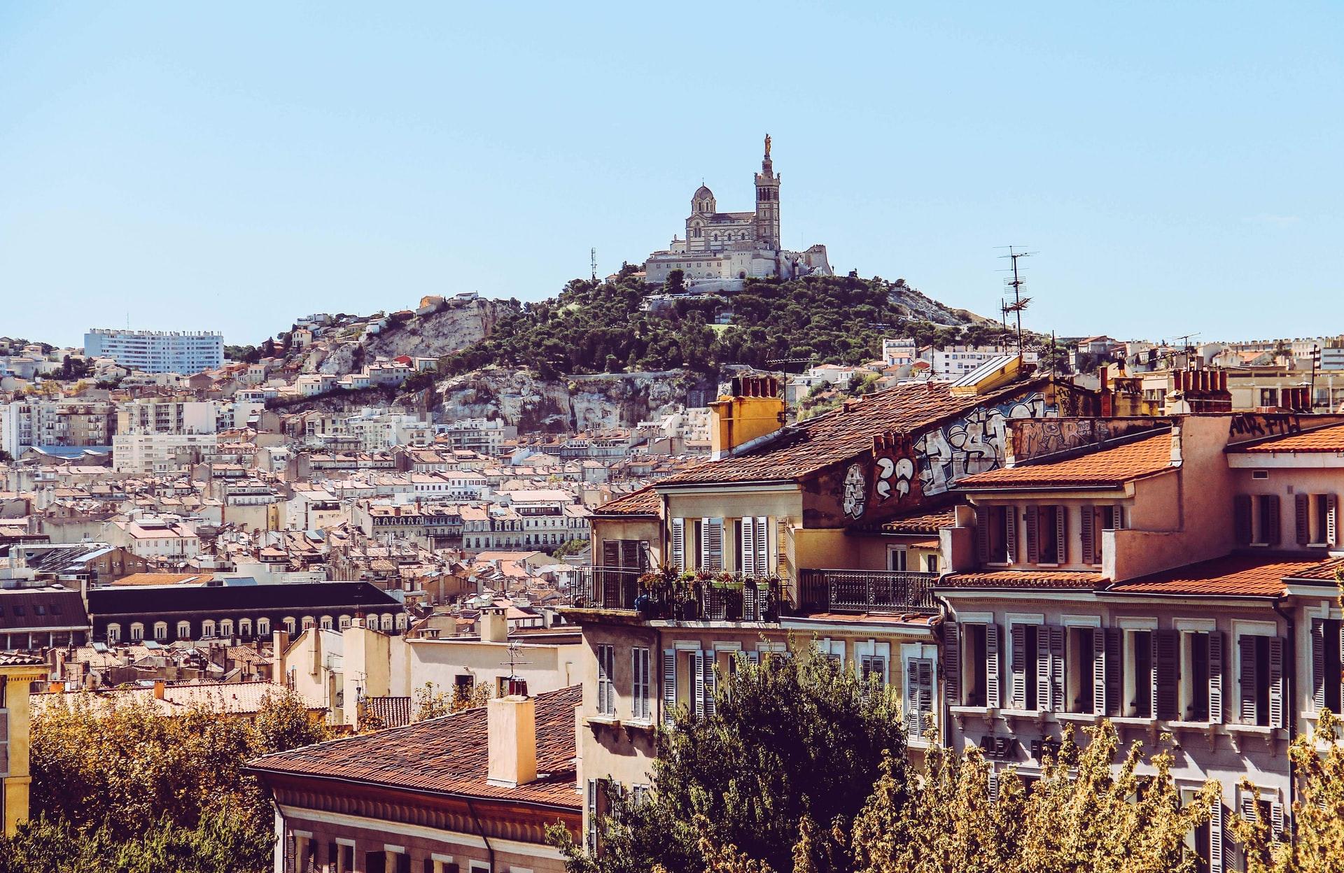 Vue sur la ville de Marseille, avec la Bonne Mère au loin