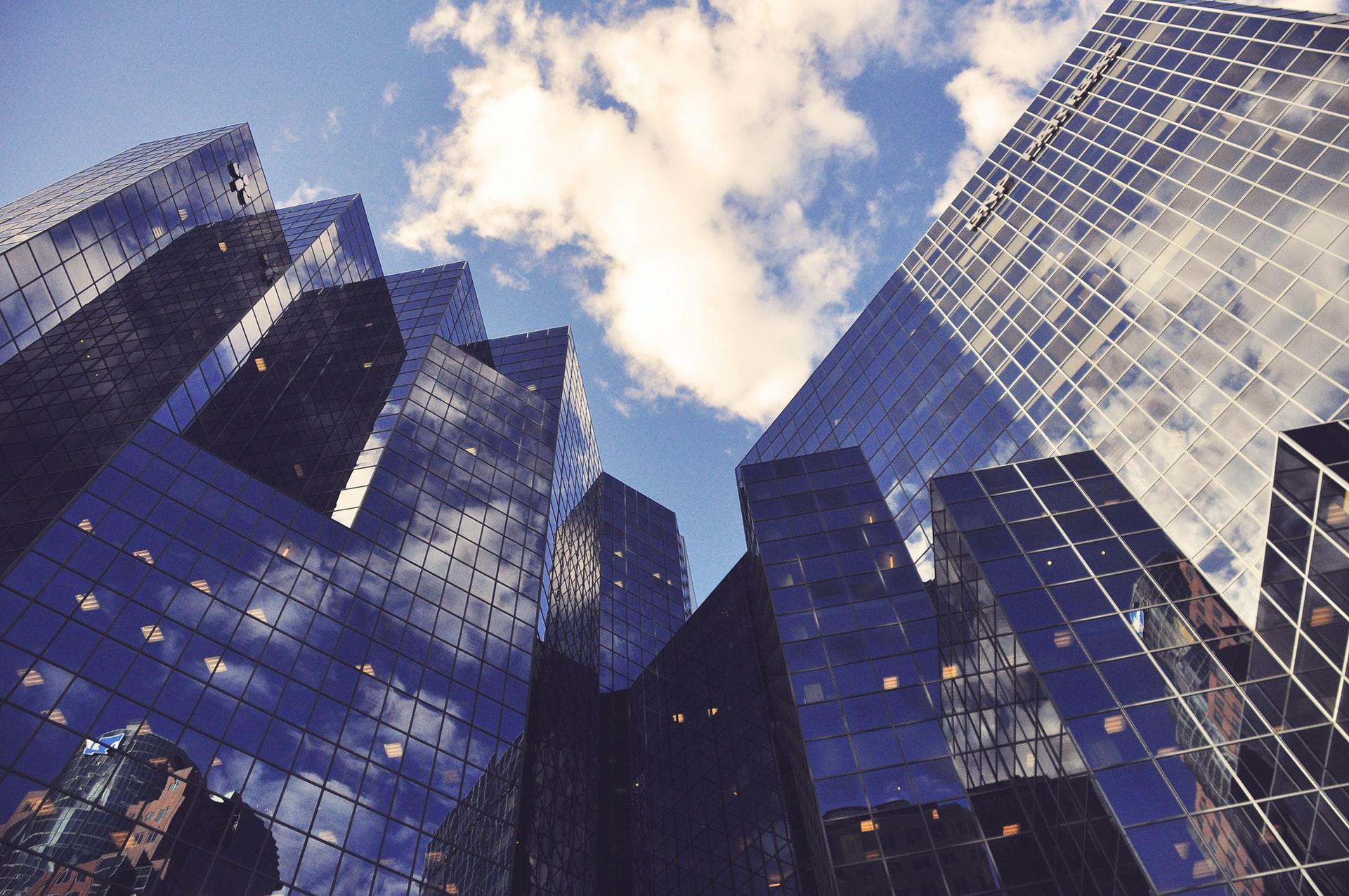 Photographie en contre-plongée de buildings en verre