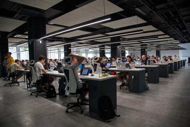 Personnes travaillant dans un open space