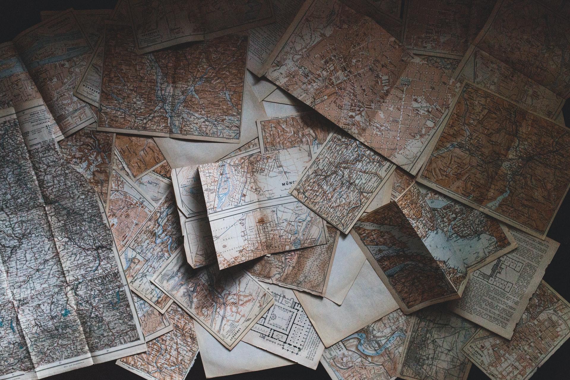 Bureau sur lequel sont disposées différentes cartes