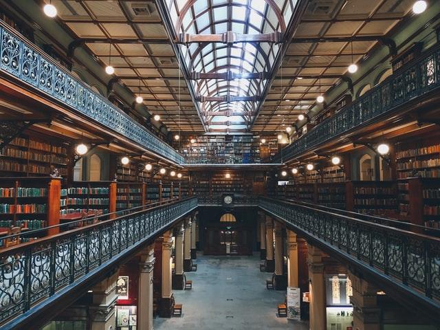 Vue plongeante d'une bibliothèque