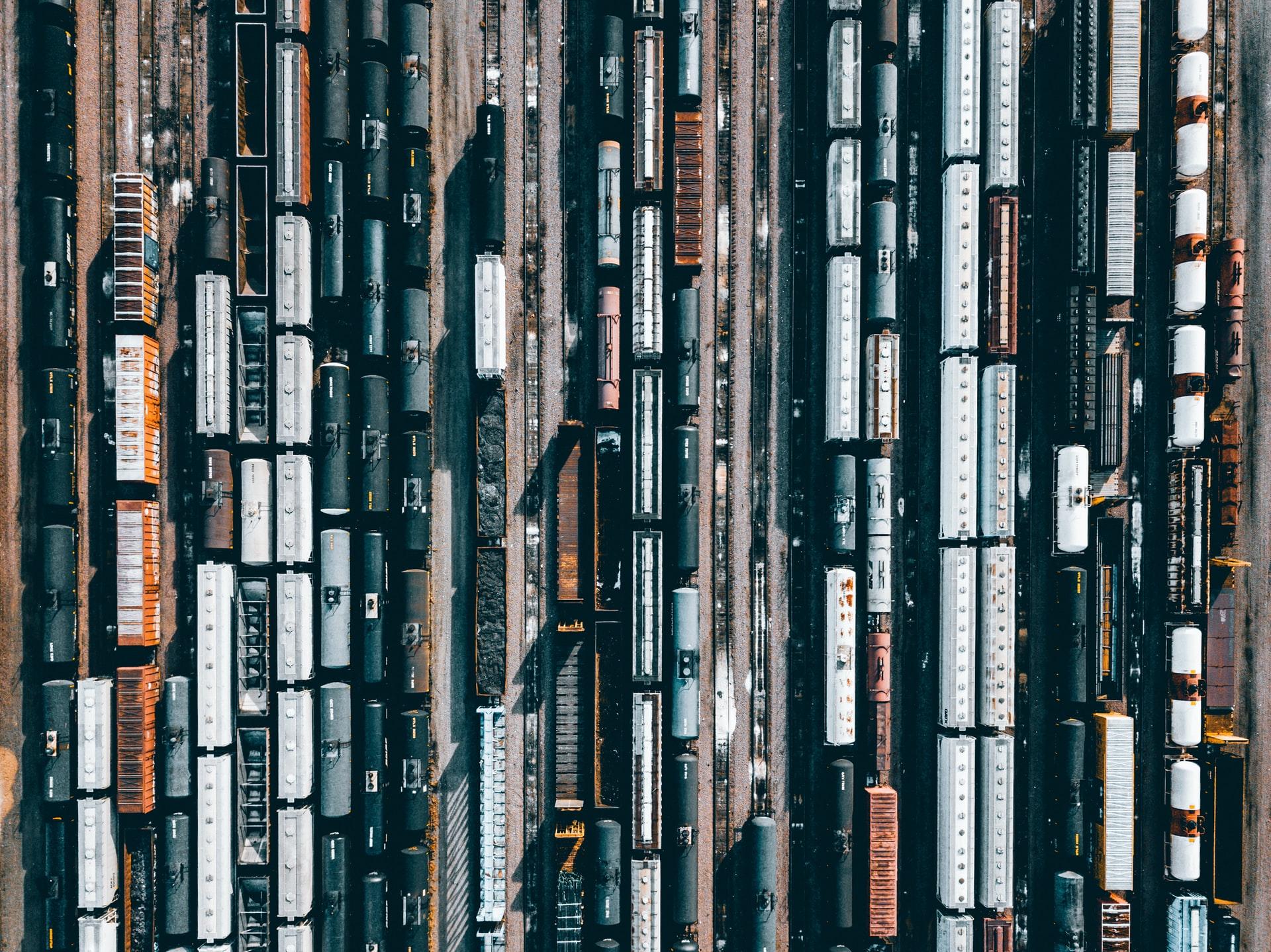 Vue aérienne d'une gare avec différents trains