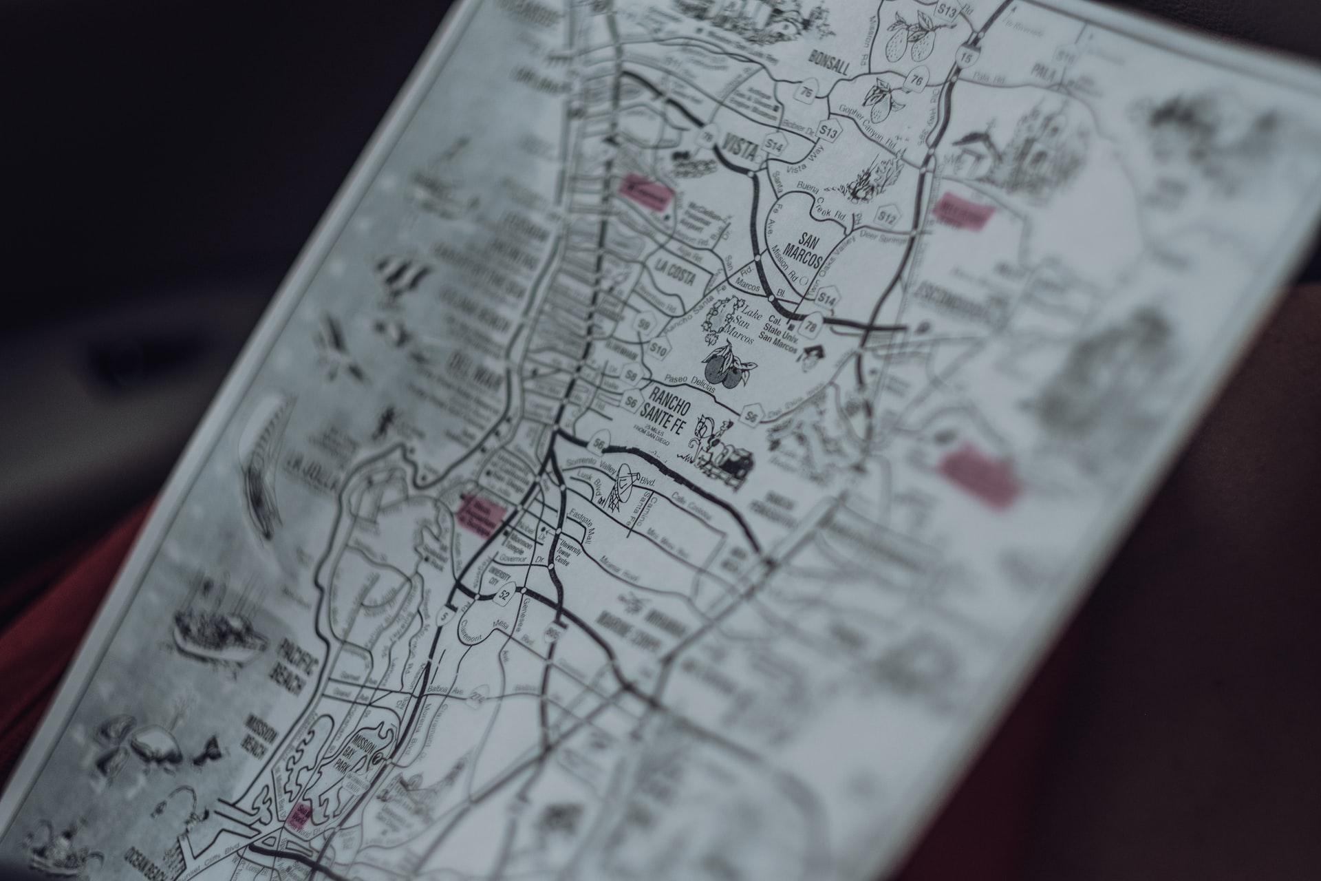 Photographie en contreplongée d'une carte