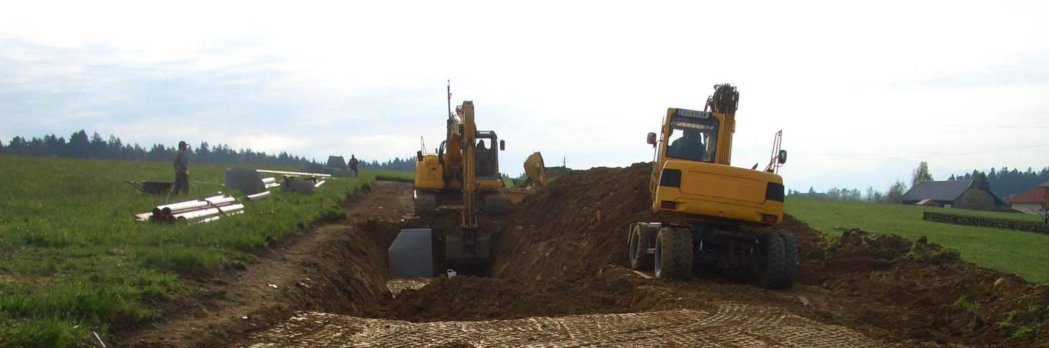 2 Baufahrzeuge (Bagger) bei der Baustellenvorbereitung