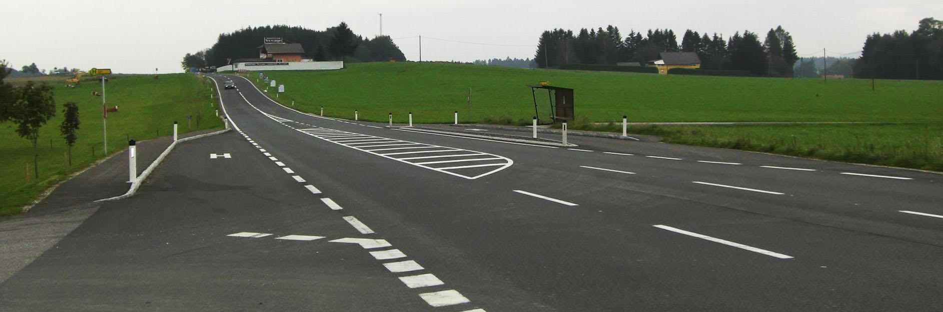 fertiger Straßenabschnitt mit abbiege Spur und Beschleunigungsstreifen