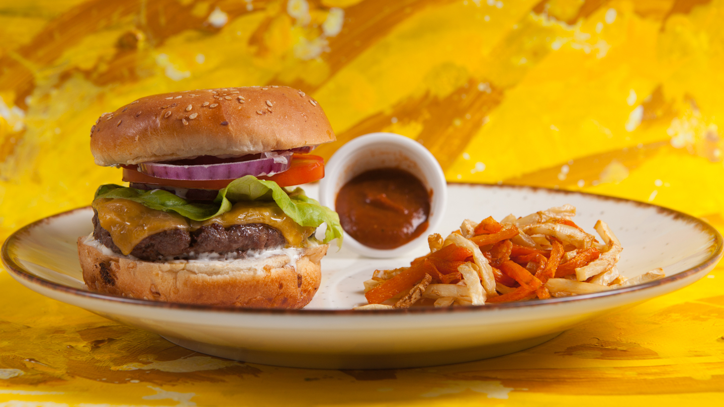 Carefully selected slices of Black Angus with our authentic homemade BBQ sauce, served with celery and carrot French fries