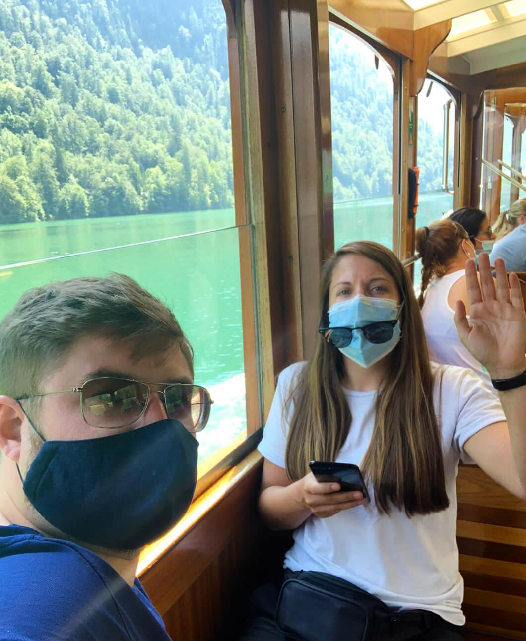 Pascal und Franzi von h-b.media auf einem Boot in Bayern