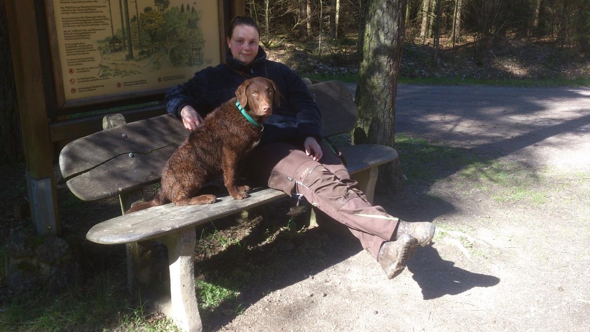 Tadewi und ich auf einer Bank im Wald