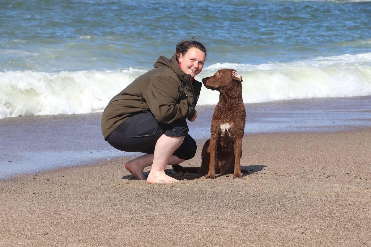 Tadewi und ich am Strand.