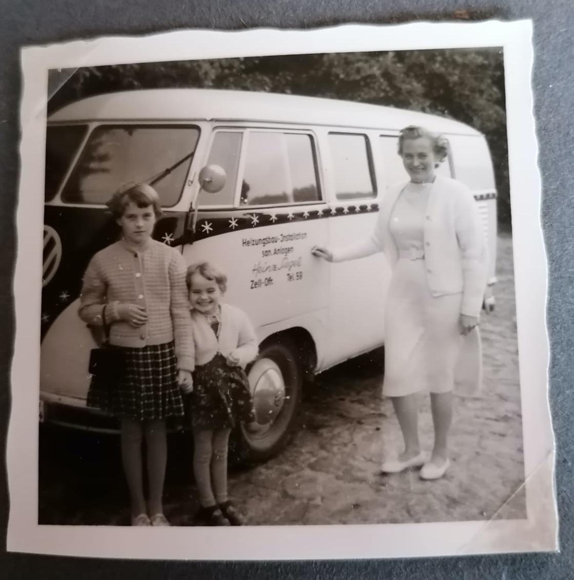 Familie des Gruender vor Siegel-VW-Bus im Jahr 1959