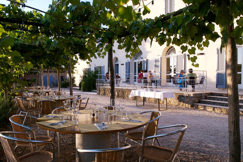 Apéro auf der Terrasse des Restaurant von Podere Riparbella