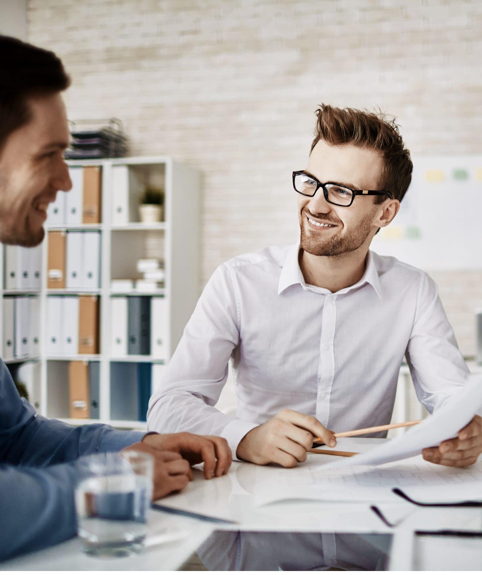 Twee mannen spreken met elkaar en lachen