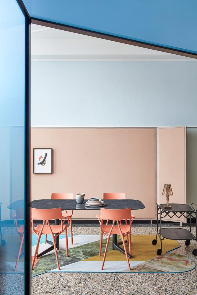 El Libro Amarillo - sillas A.I. diseñada por Philippe Starck, Kartell