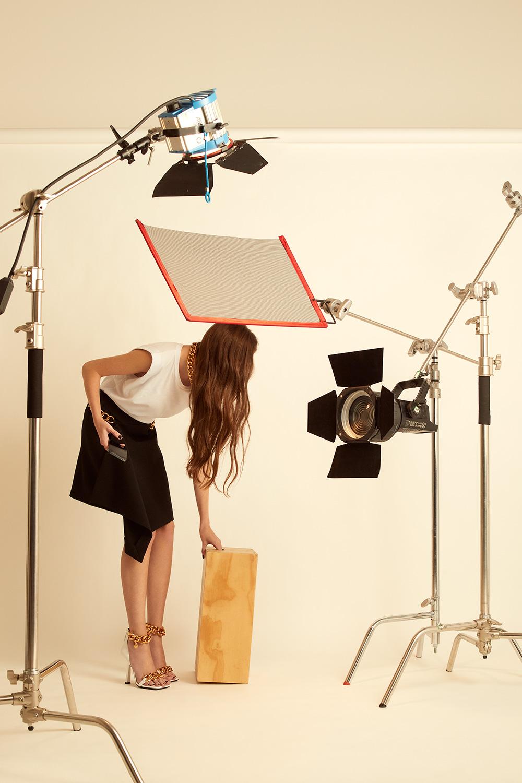 El Libro Amarillo - chamarra DanCassab _ playera Raquel Orozco _ falda Givenchy _ sandalias Versace _ collar Aristocrazy